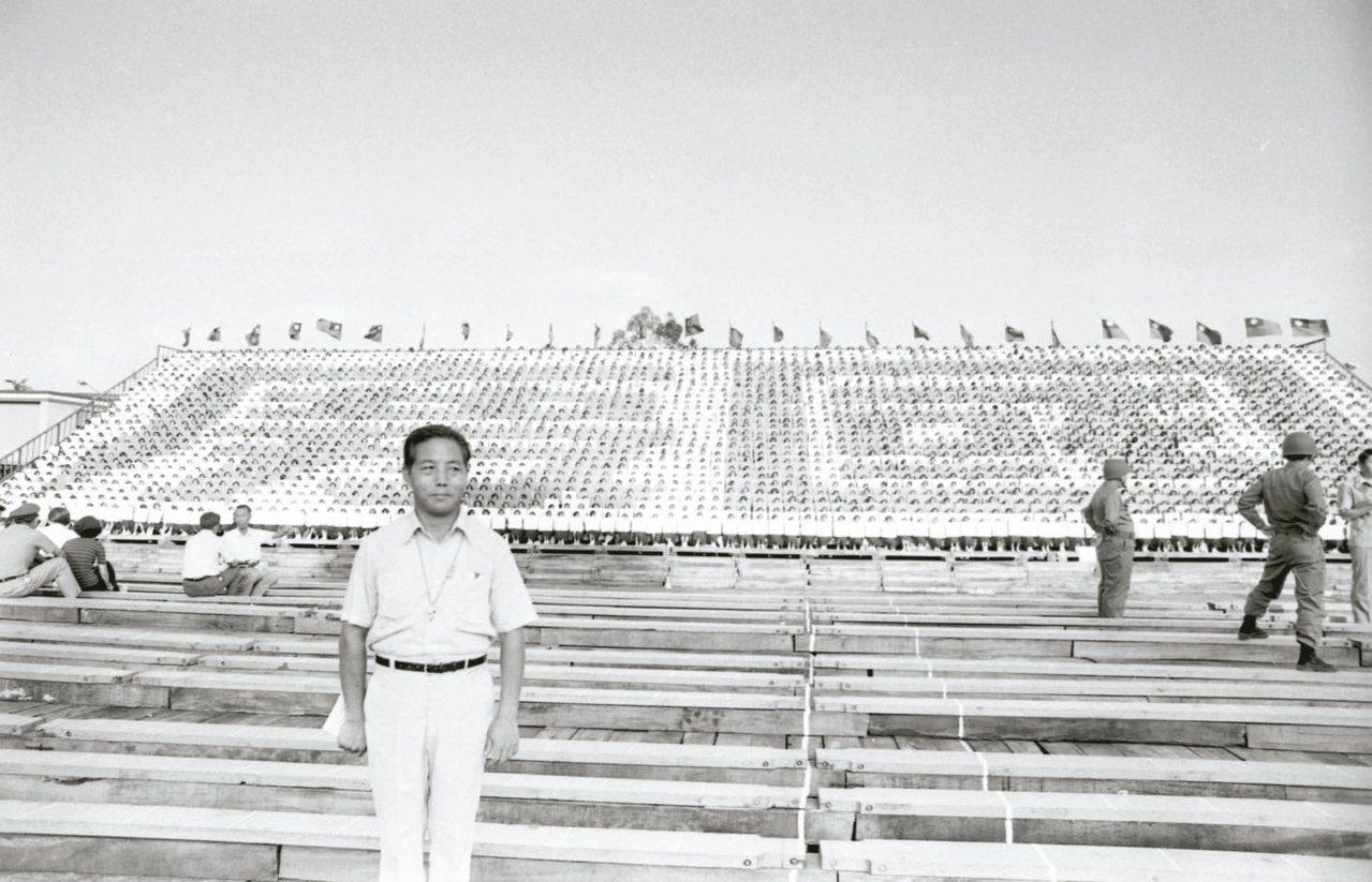 1975年,學生頂著烈陽練習色板排字。 圖/聯合報系資料照片