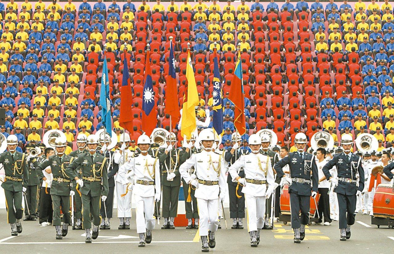 2011年三軍樂儀隊與「動感排字」。 圖/聯合報系資料照片