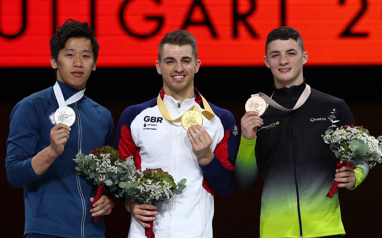 「鞍馬王子」李智凱(左),12日在世界體操錦標賽鞍馬決賽,摘下銀牌。金牌(中)為...