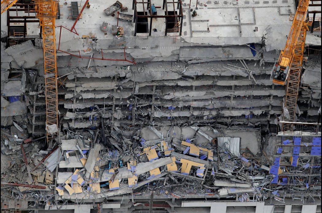 紐奧良市中心一棟興建中飯店大樓,頂端的6至8層坍塌,造成1死和至少18傷,另有3...