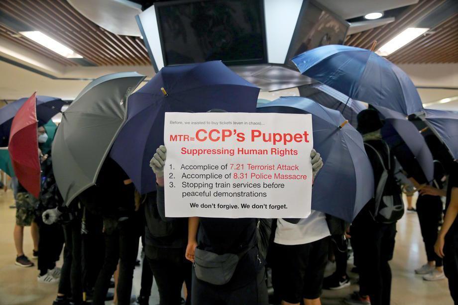 港鐵多次協助警方打壓抗議者,令港民十分不滿。圖/歐新社