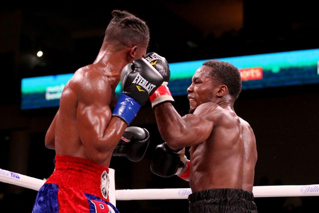 美國拳擊手戴伊(左)在芝加哥比賽時,遭強敵康維爾(右)凶猛擊倒送醫。 法新社