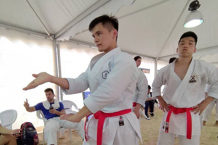台灣空手道好手王翌達(左)13日在卡達杜哈舉行的2019世界沙灘運動會沙灘空手道...