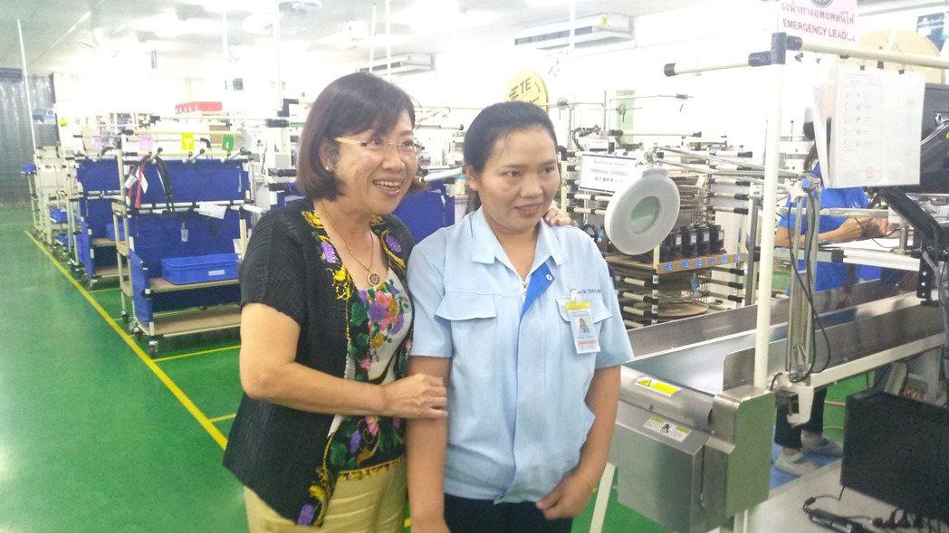 中國端子執行副總伍秀娟與第一位泰籍員工。 攝影/翁至威