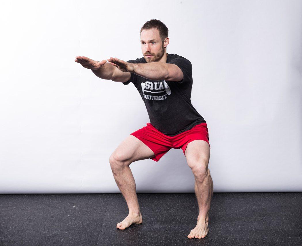 ▲ 深蹲到全深度且腳趾向前,運動員必須有足夠的骨盆/核心控制能力。 圖/摘自《強...