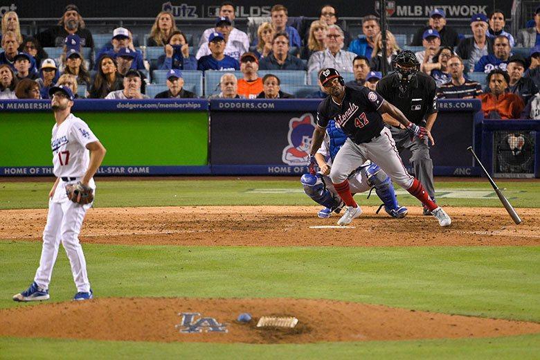 道奇中繼投手凱利(左)在今年的季後賽2.1局投球就失6分,去年他還在紅襪時,在世...