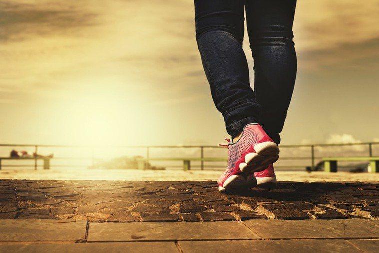 走路快慢能看出一個人的健康,甚至能看出老化的程度。(photo by Pixab...