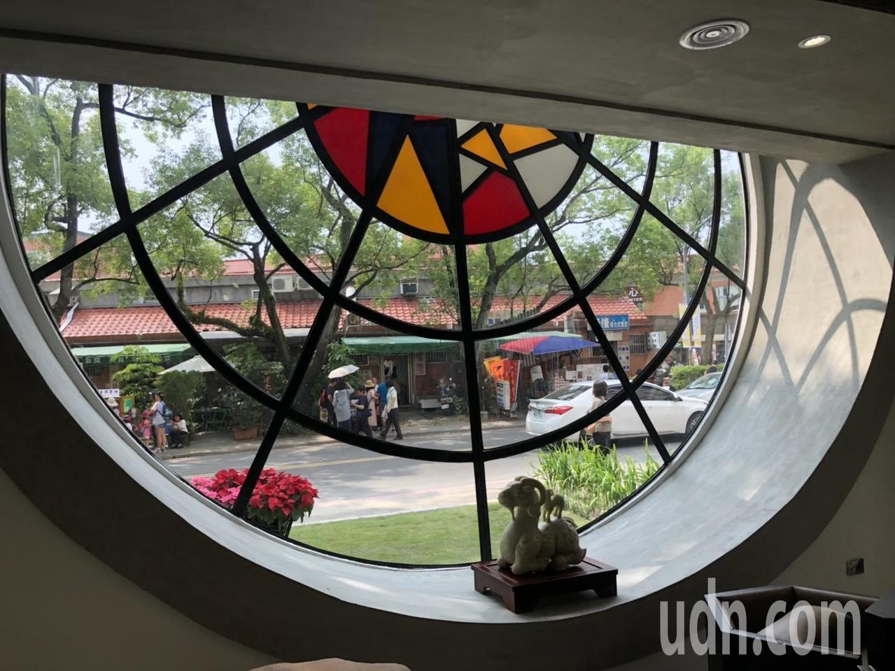 修澤蘭設計的圓形玻璃窗室內原本被封閉,這次整修後,恢復原貌。記者江良誠/攝影