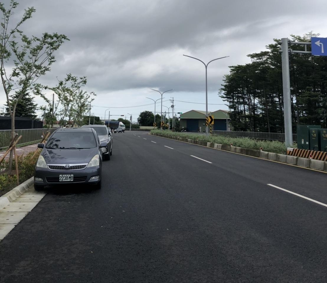 高雄市今年電纜下地已有路段17.14公里,拔除電桿後會將原先附掛在電桿上的路燈更...