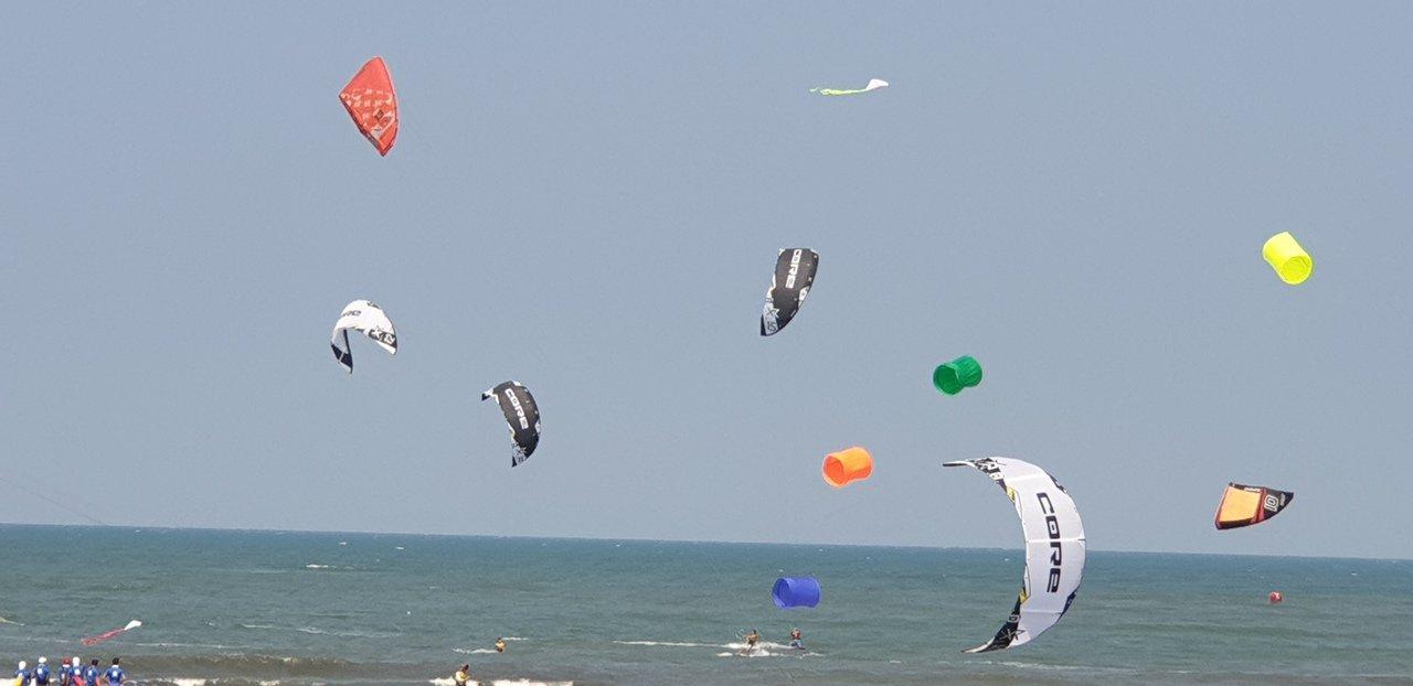 台中大安海,昨天和今天的風箏衝浪活動。本報資料照片