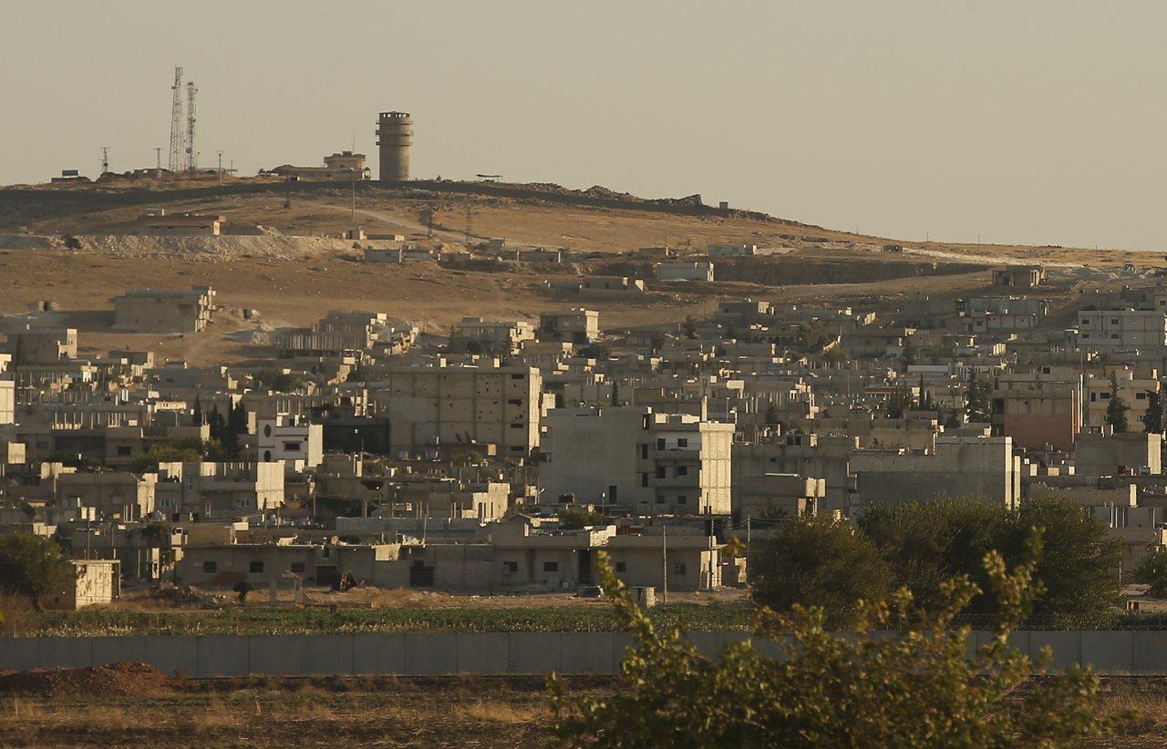 敘利亞境內尚未撤離的美軍11日晚間遭到來自土耳其陣地的砲火攻擊,美軍基地(圖左上...