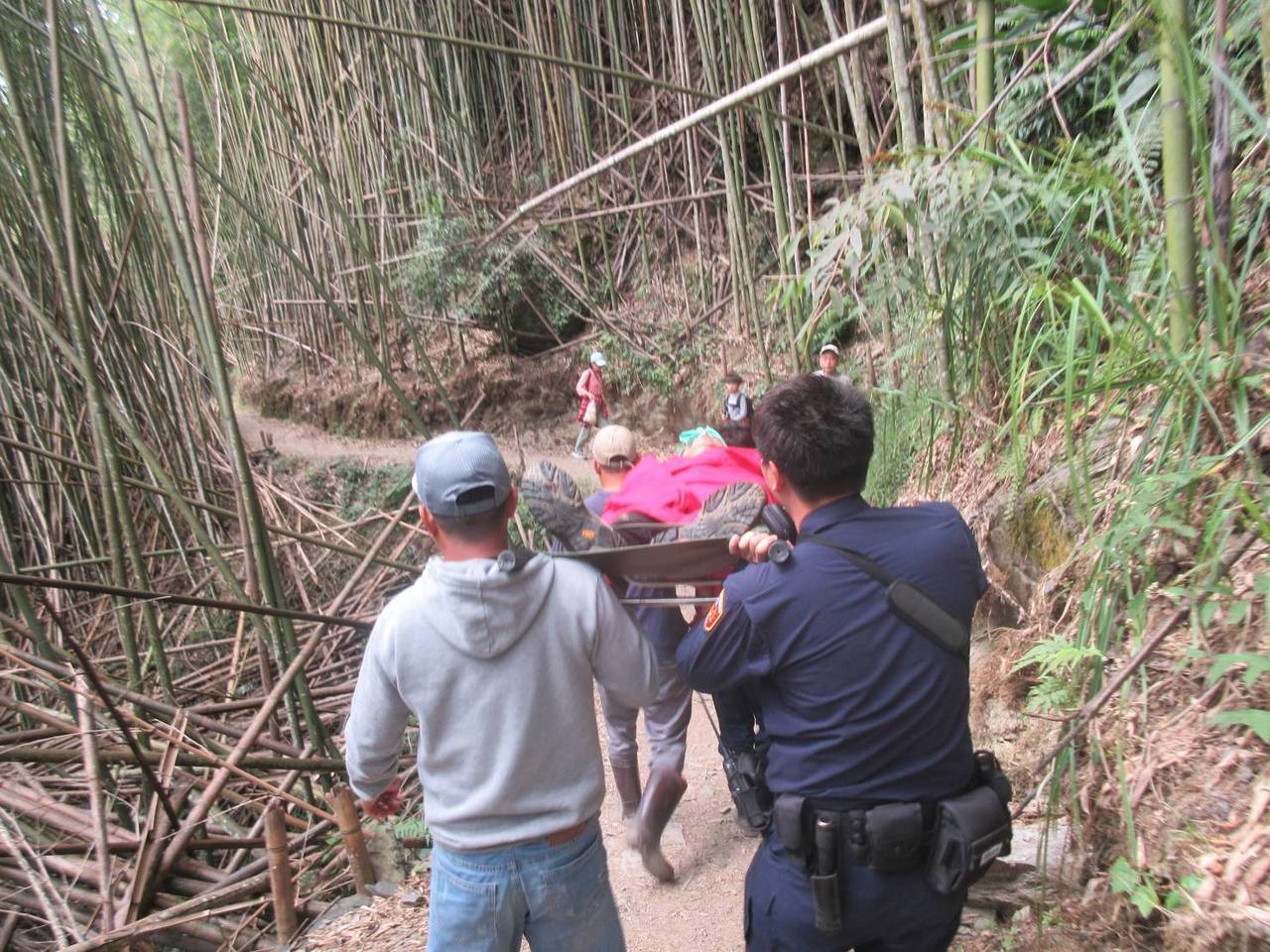 警方緊急出動,部落4名山青馬不停蹄的奔往崎嶇陡峭、山路狹窄濕滑的碎石山路中,合力...