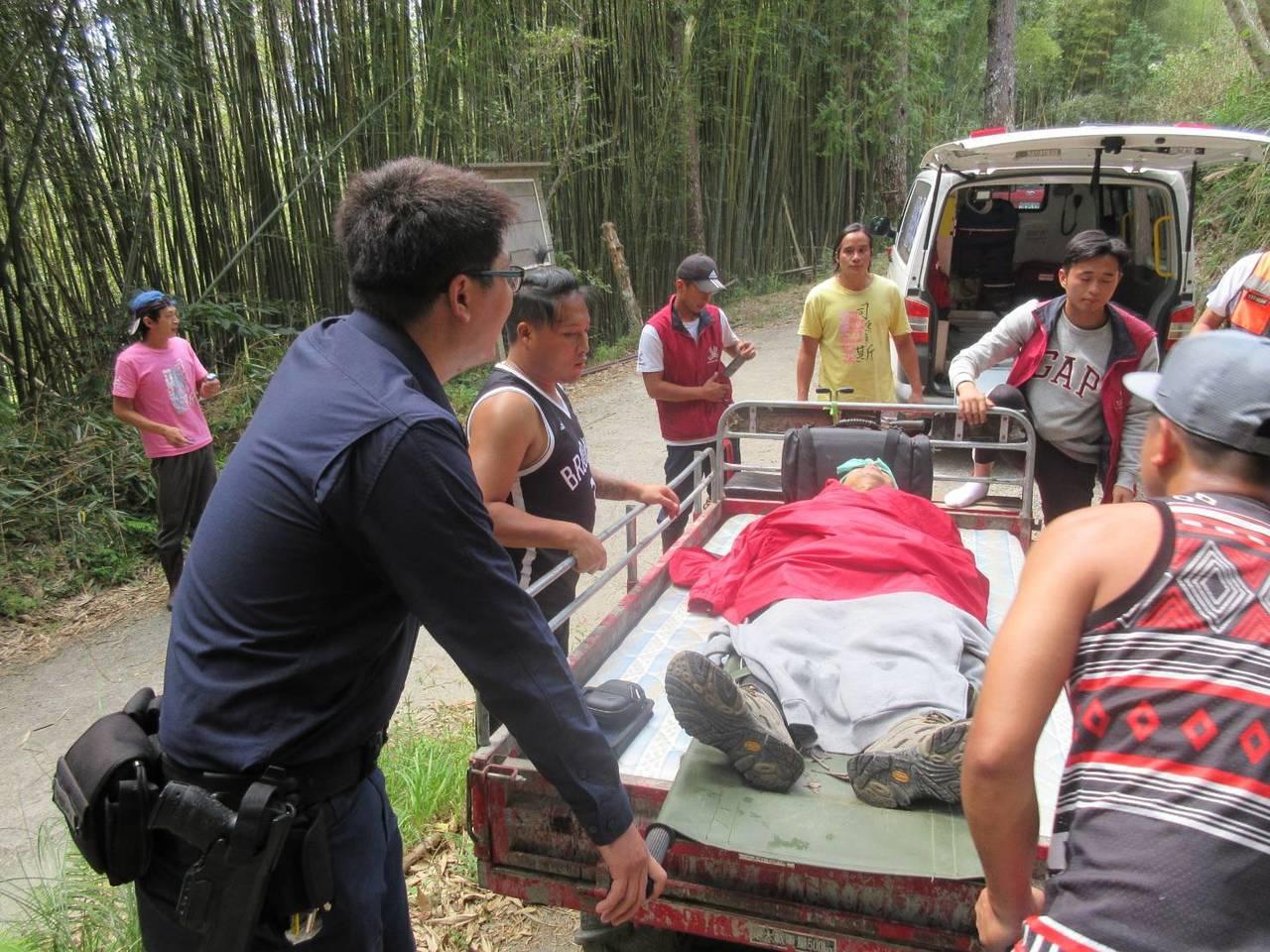往返徒步走7公里,11點終於將傷者送至登山口。圖/警方提供