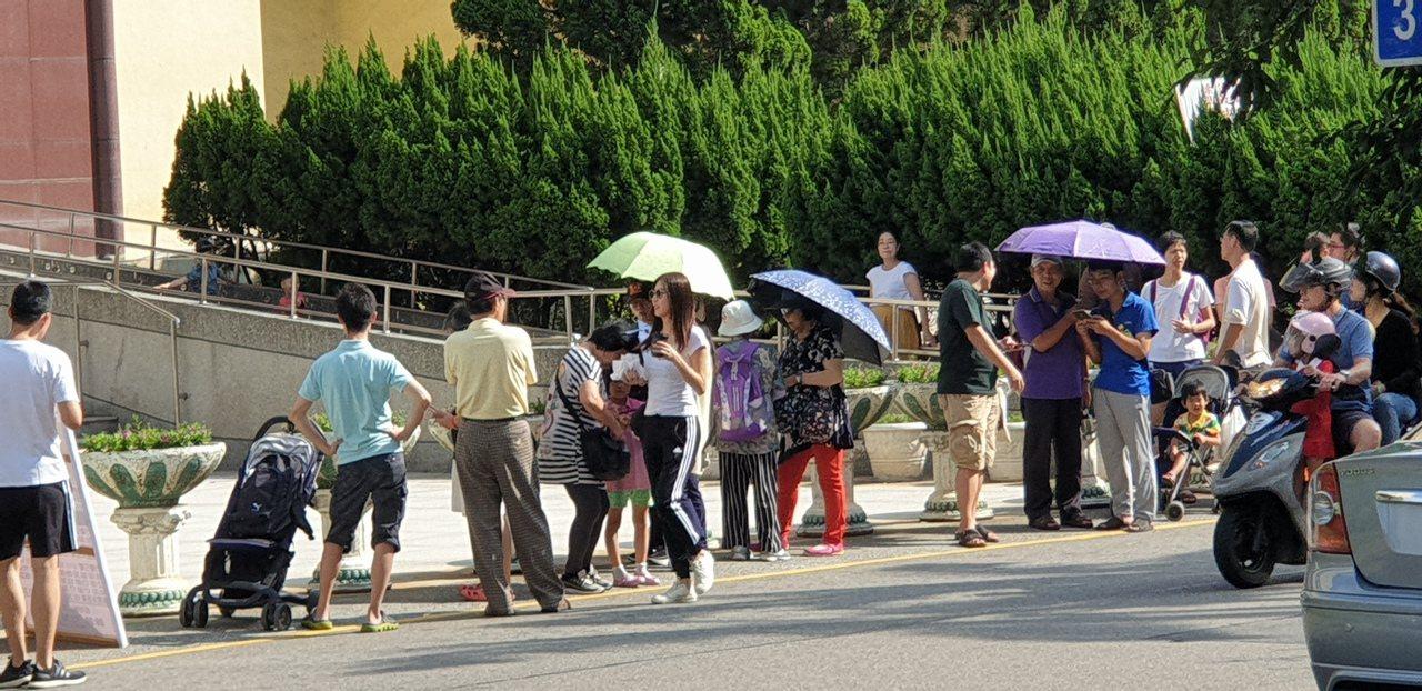 桃園區公所外一早就有民眾排隊等農博專車。記者鄭國樑/攝影