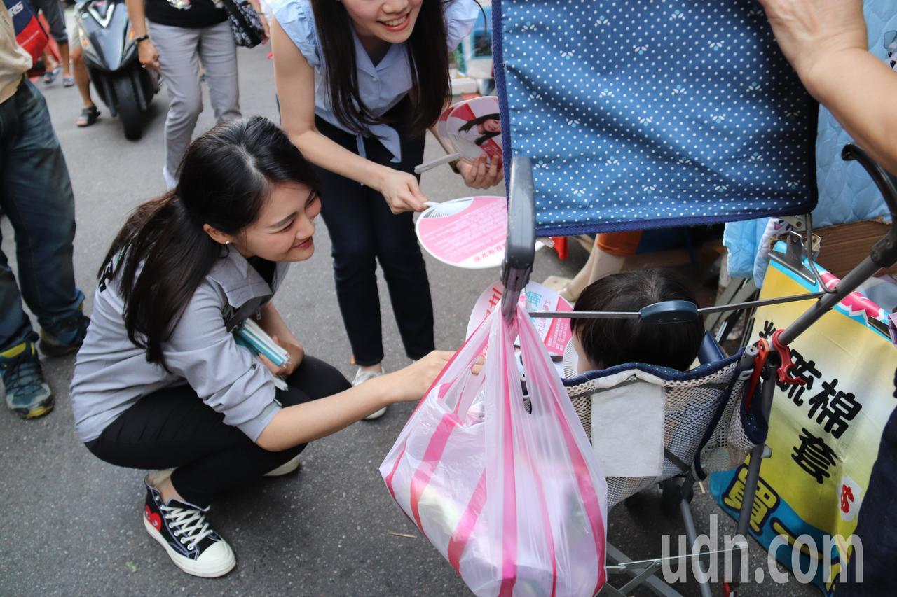 新北第12選區立委參選人賴品妤前往汐止力行市場進行掃街。記者胡瑞玲/攝影