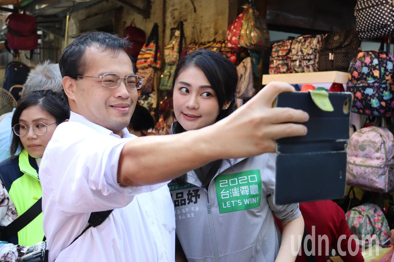 不少民眾看到賴品妤紛紛要求拍照留念。記者胡瑞玲/攝影
