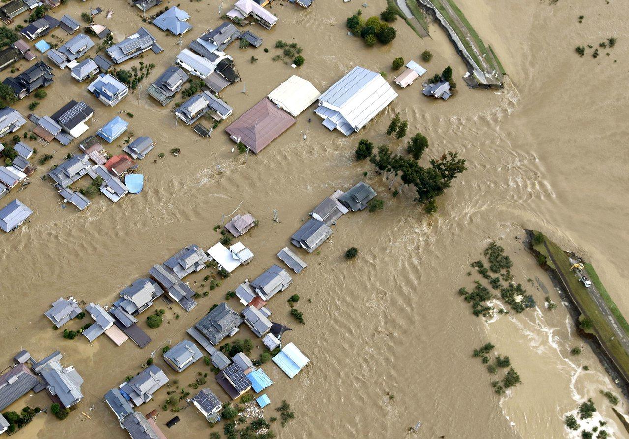 強烈颱風哈吉貝肆虐日本,關東、長野、福島、宮城縣的河川潰堤。美聯社