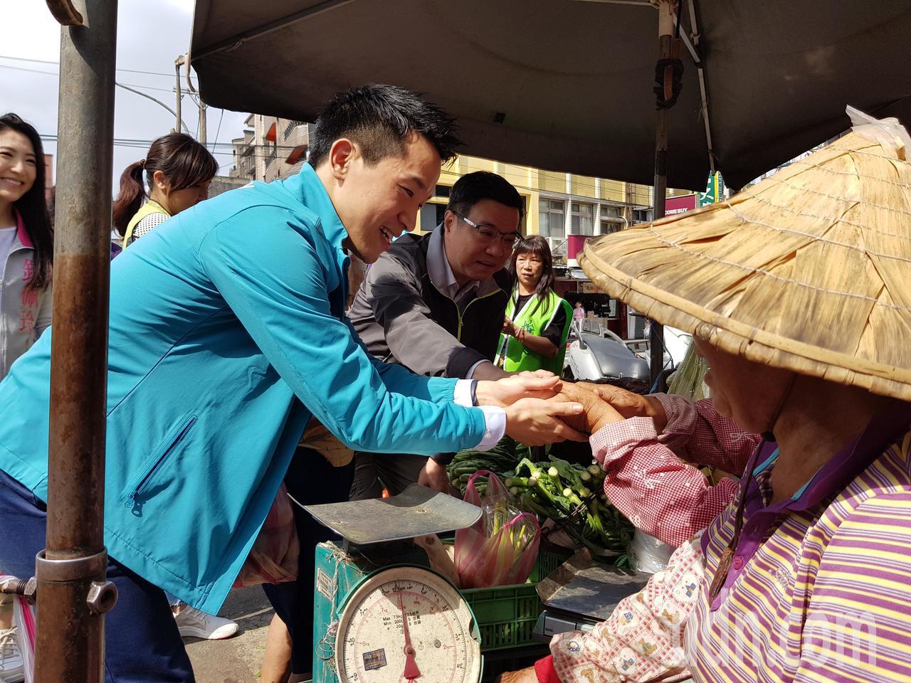 民進黨主席卓榮泰今天在台北市輔選區域立委參選人,於士林區陪立委何志偉在社子市場掃...