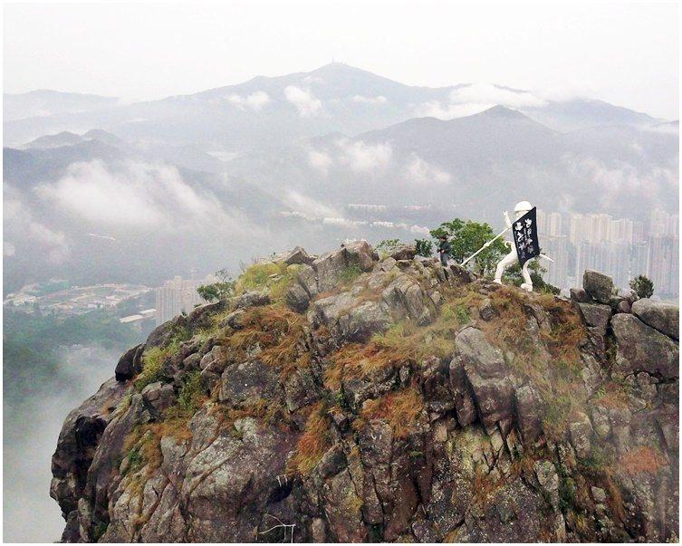 「香港民主女神像」放於山頂一塊小泥地上。取自星島網
