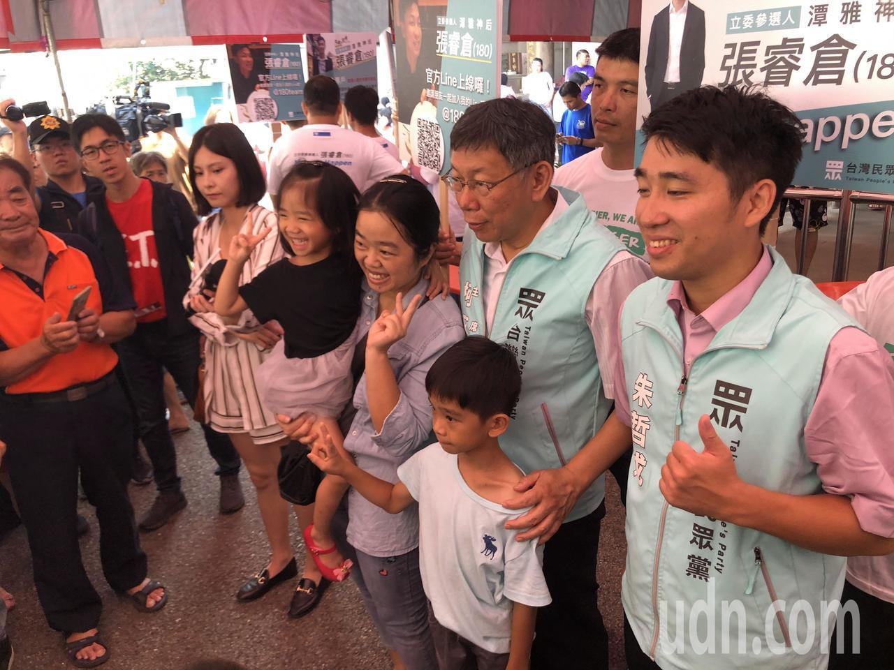 柯文哲(右二)帶民眾黨立委參選人拜票。記者陳秋雲/攝影