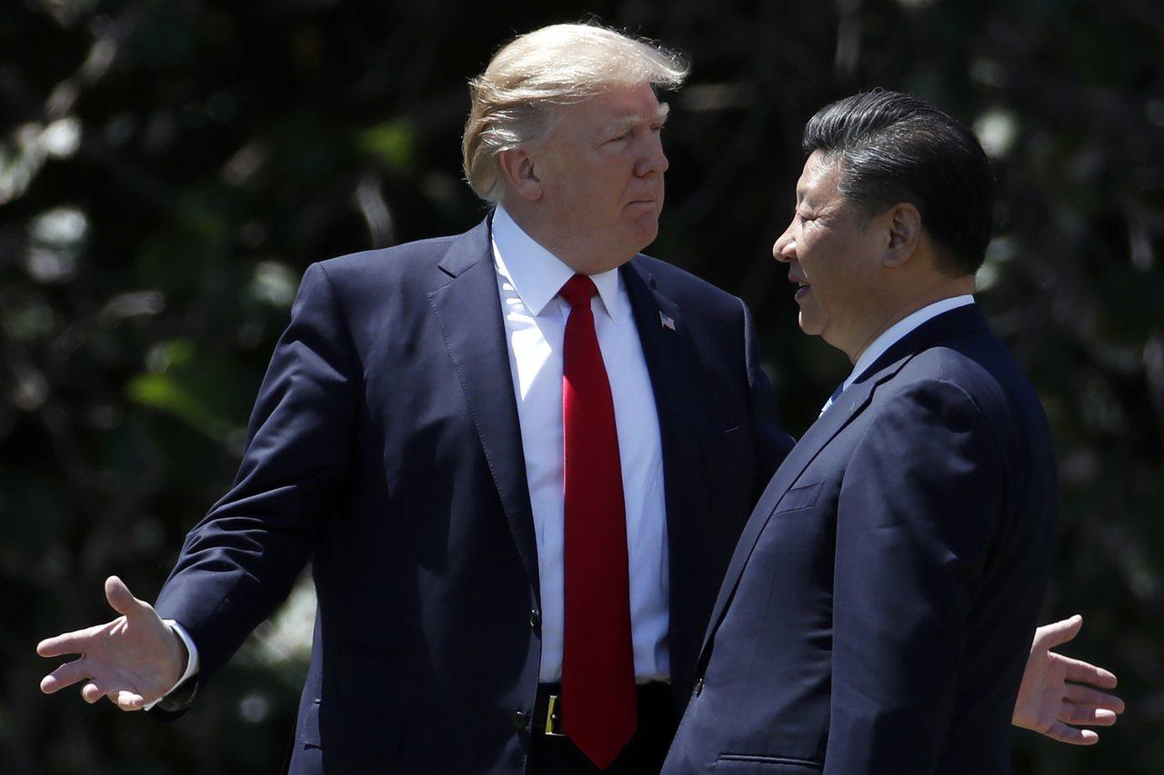 美國總統川普(左)11日宣布與中國大陸達成初步貿易協議。圖為川普2017年4月在...
