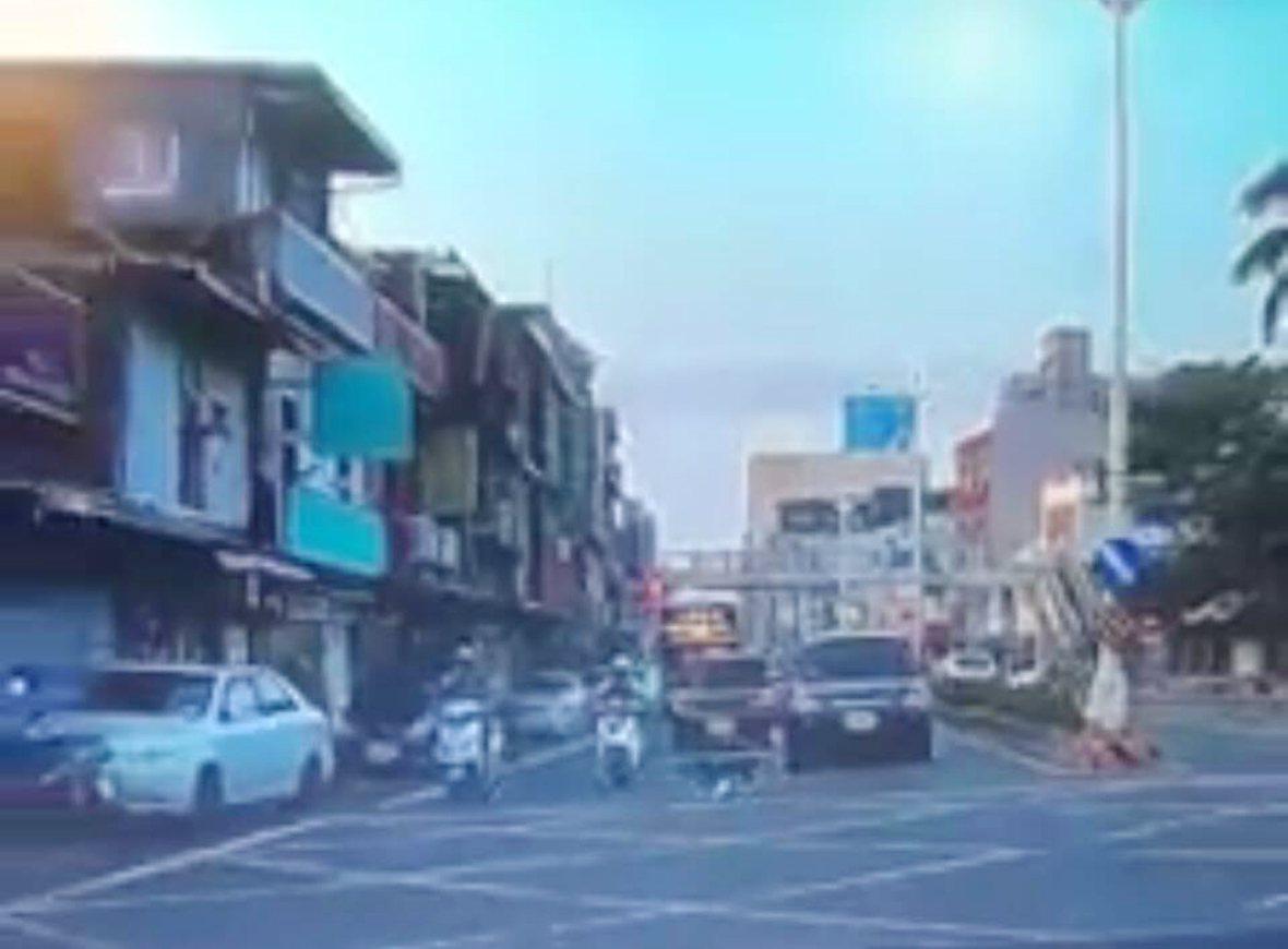 桃園市李姓女機車騎士在桃園區春日路行駛,被一隻黑狗衝過馬路撞倒受傷。圖/翻攝臉書...