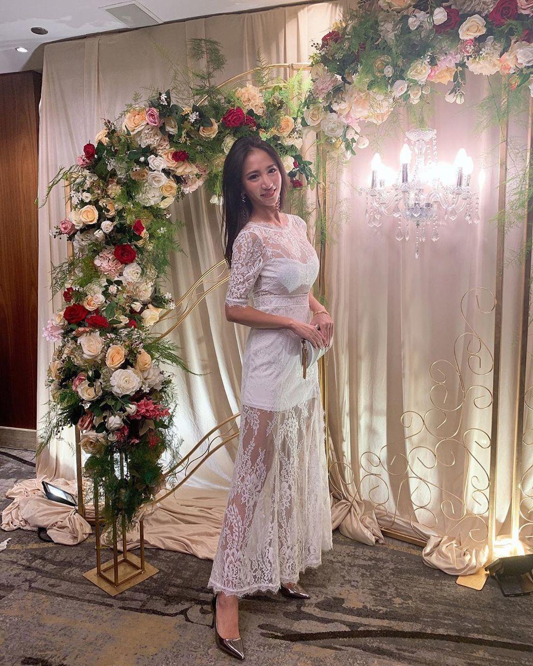 林采緹以鏤空蕾絲洋裝出席表哥婚宴。圖/摘自林采緹IG