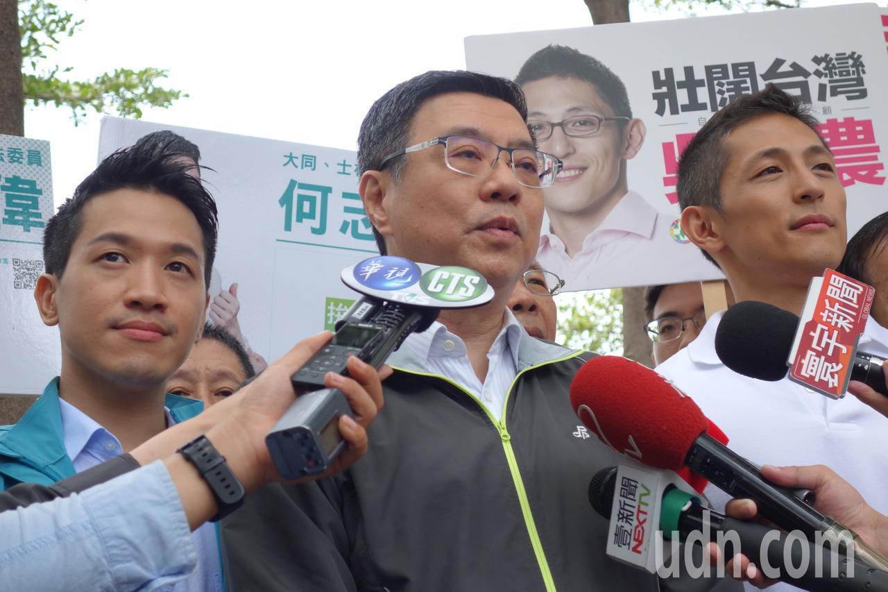 民進黨主席卓榮泰今上午陪同立委參選人吳怡農掃街,會前受訪時表示,身為一個市長,他...