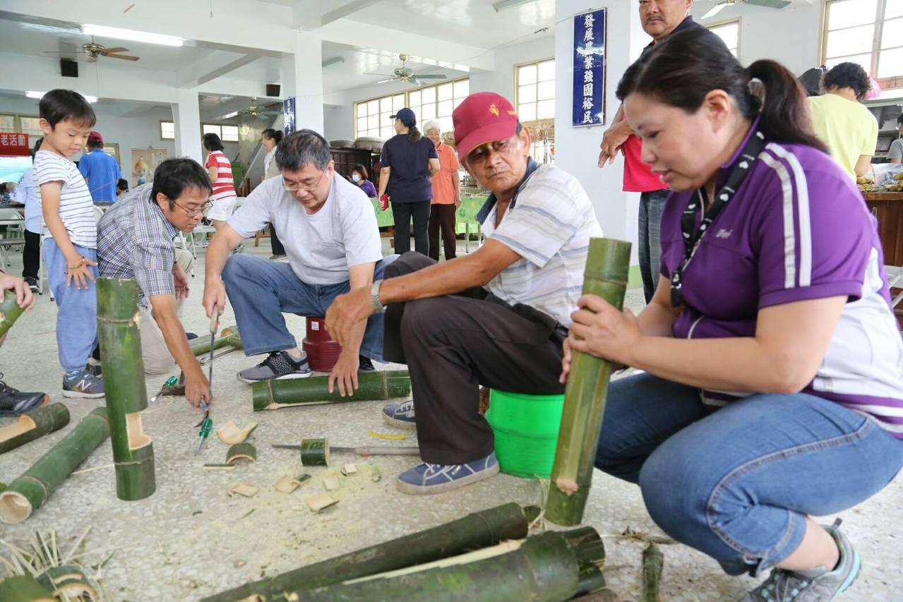 高雄市農業局安排遊客體驗竹筒花器敲打的樂趣。圖/高雄市農業局提供