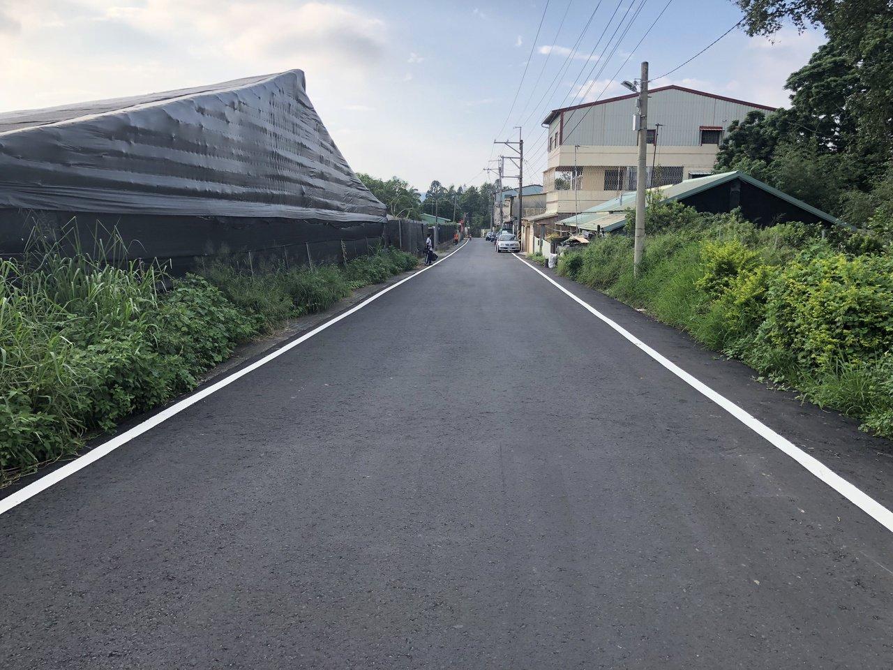迎接11月花海,台中市建設局「燙平」遊客人潮必經道路。圖/建設局提供