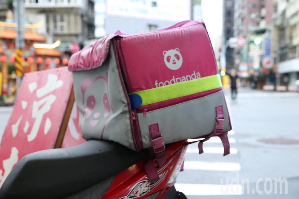 外送員用自己的機車送貨賺錢,若在外送途中發生車禍,保單可能不理賠。本報資料照片