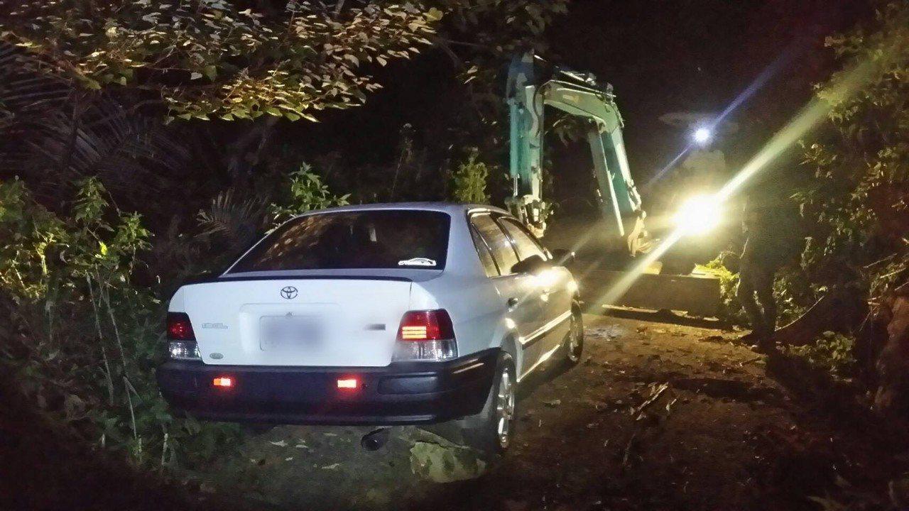 苗栗警分局昨天情商挖土機到銅鑼山區,協助迷航的轎車脫困。圖/民眾提供