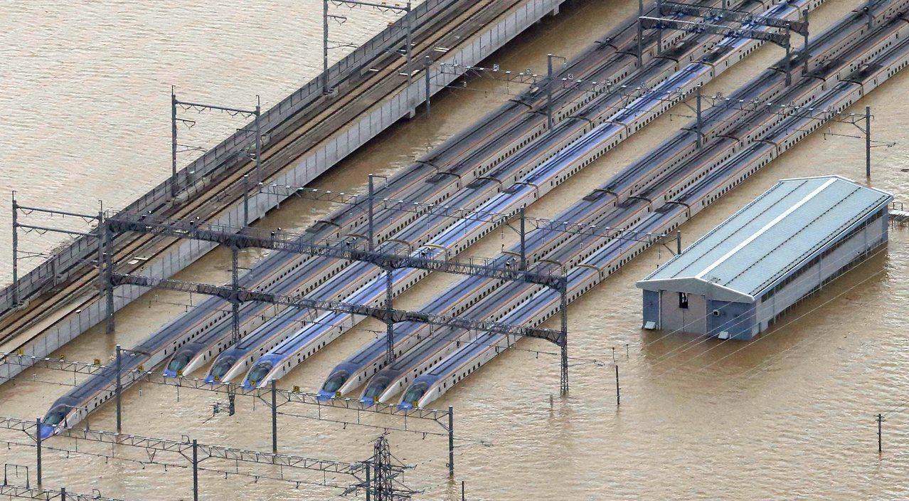 千曲川氾濫淹水達10公尺深,JR長野新幹線車輛中心有10個編組(10列)的北陸新...