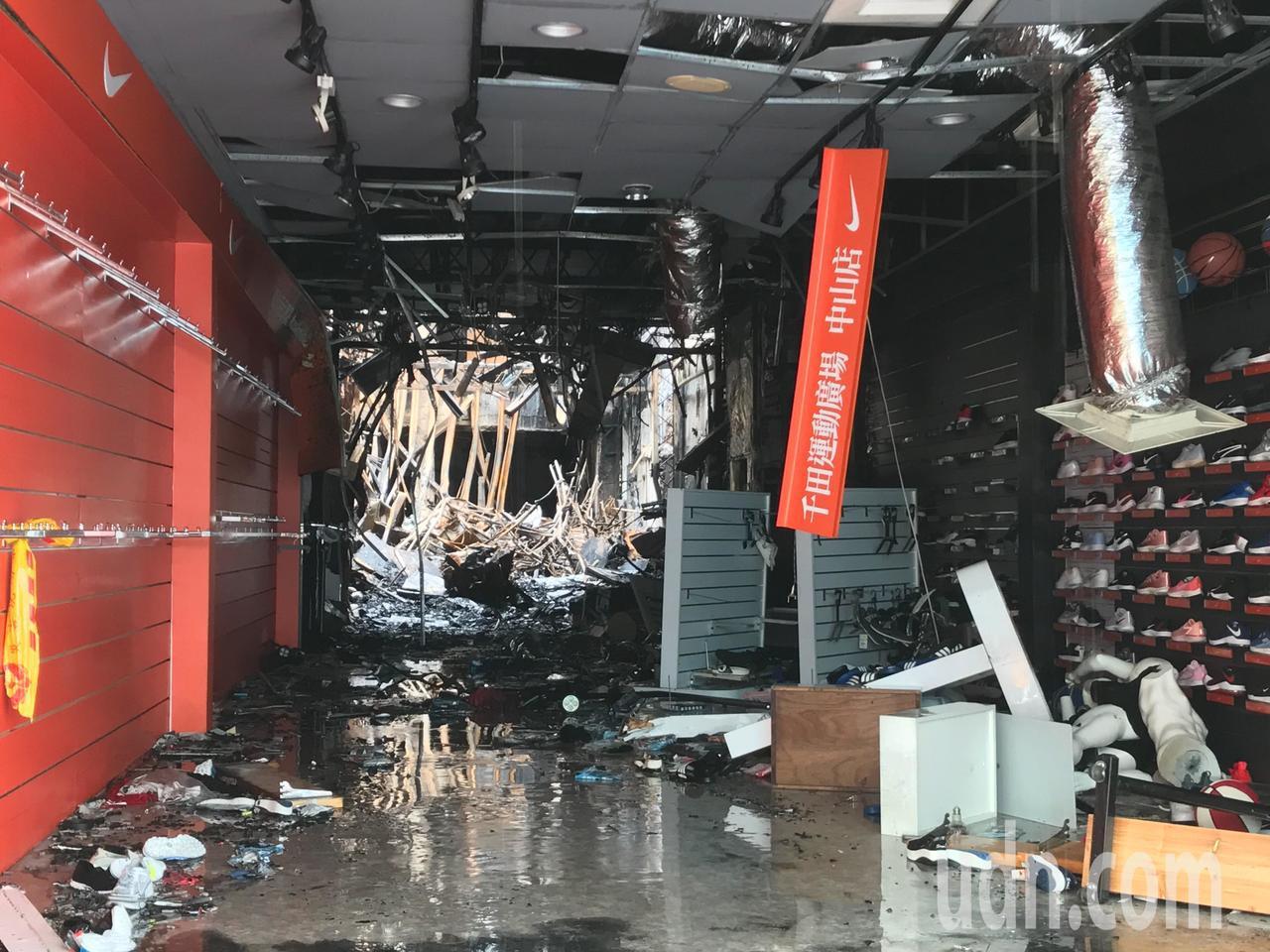花蓮市中山路上運動用品店被大火燒得焦黑,損失難以估計。記者王思慧/攝影
