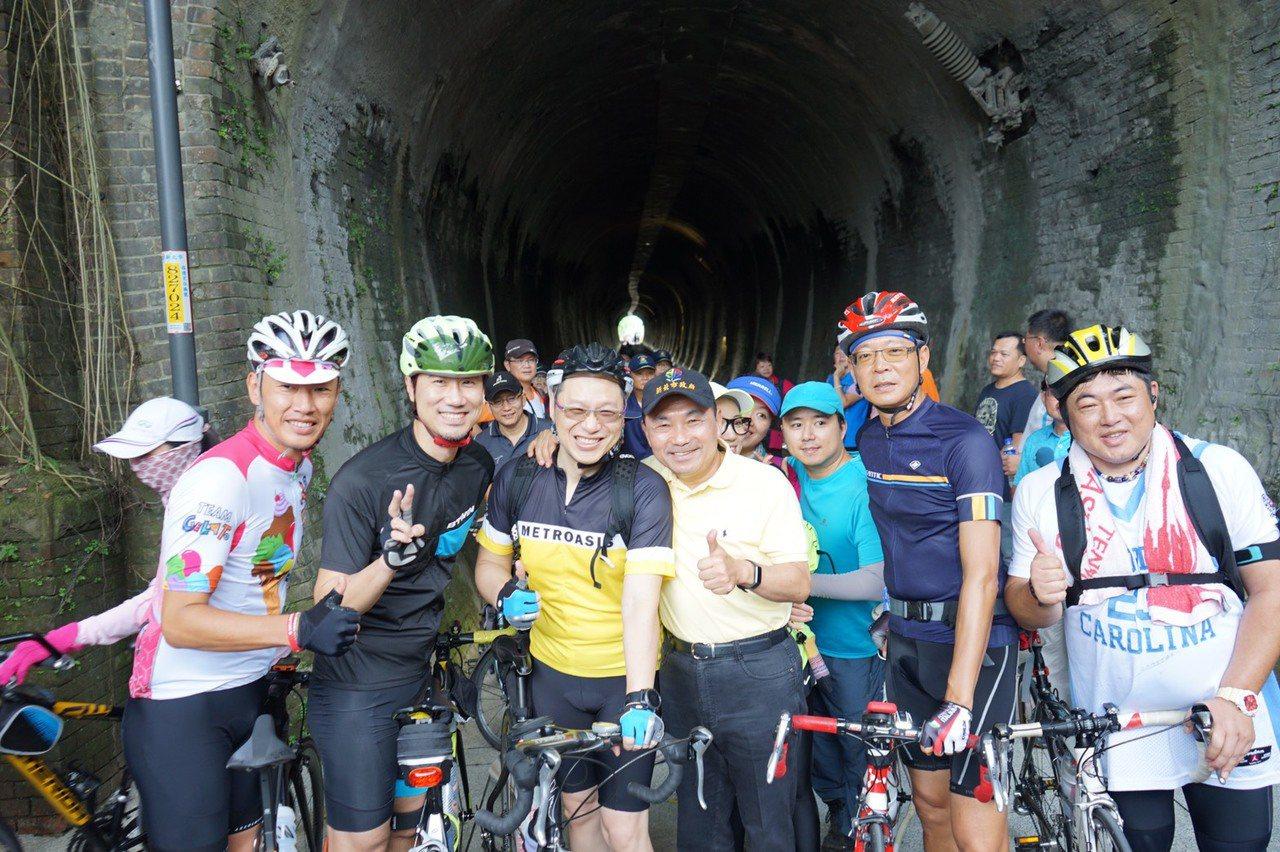 針對民眾表示是否有機會將自行車道延伸至基隆火車站,侯友宜(黃衣者)表示,將與基隆...