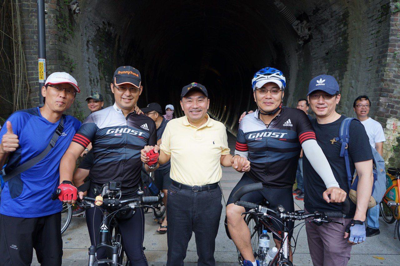 新北市長侯友宜(中)今前往視察新北至基隆的自行車道。圖/新北市高管處提供