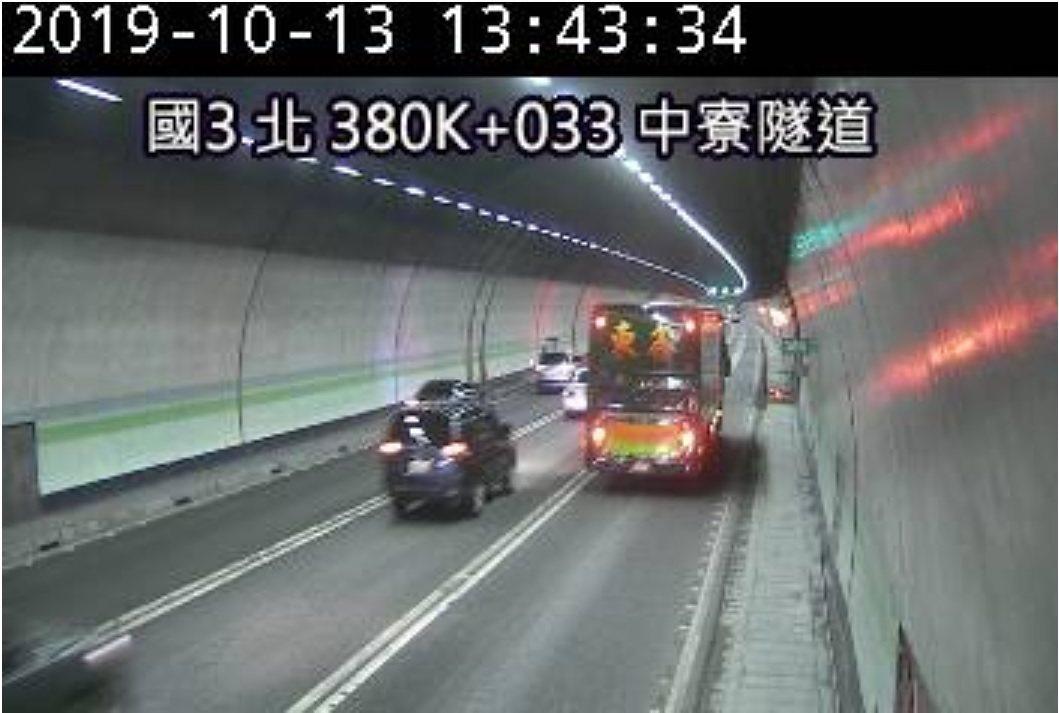 國道警方表示今天田寮隧道南、北雙向都開放3個車道,也相當暢通。圖/翻攝高速公路1...