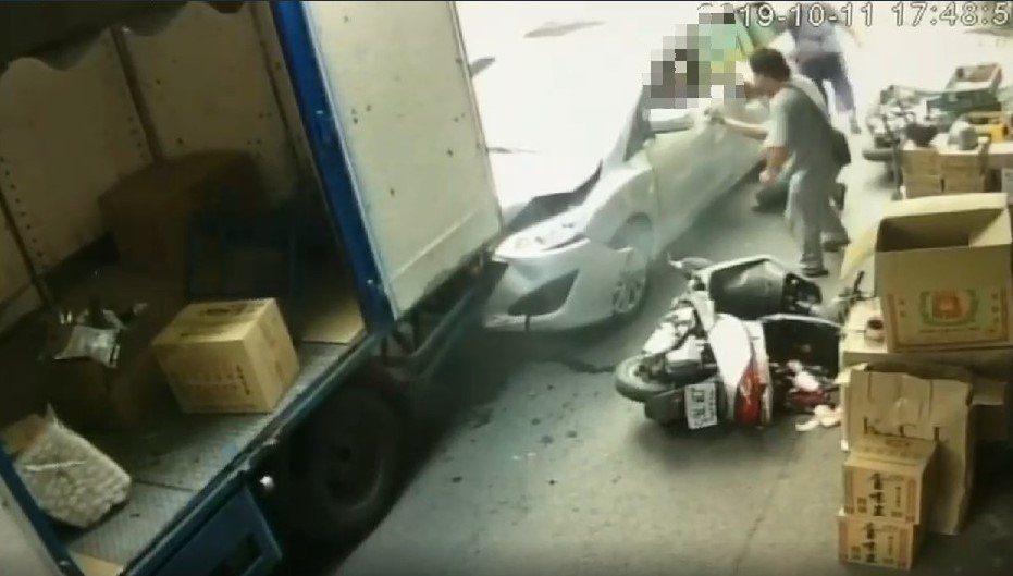 鄭姓老翁開車暴衝,原本在車頭的妻子被車子捲入車底,救出後送醫不治。記者徐白櫻/翻...