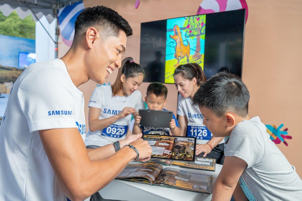 陳傑、文姿云、郭婞淳(左至右)於帶領小朋友使用三星平板彩繪並閱讀AR故事書。圖/...