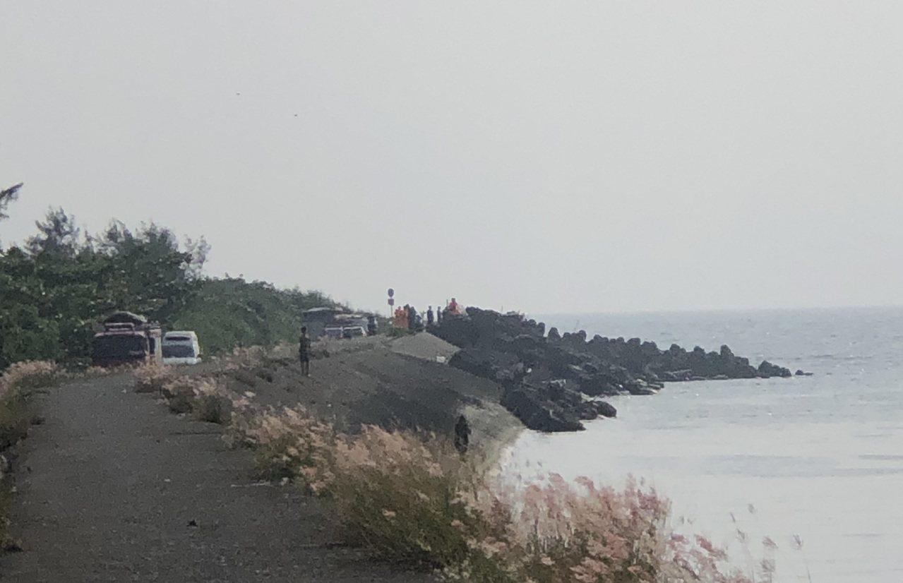 海巡及高雄警消現正於寶典溪出海口搜救。圖/民眾提供
