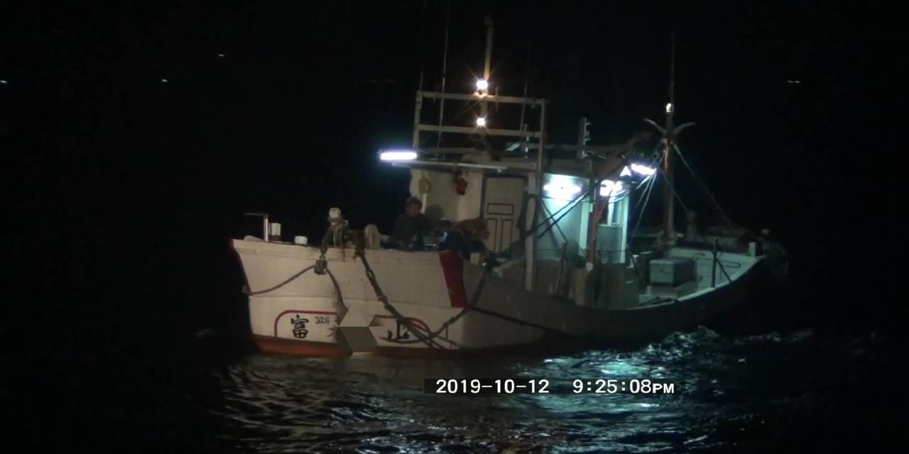 宜蘭沿海又見大型拖網違規捕魚,被蘇澳海巡逮個正著。圖/蘇澳海巡隊提供