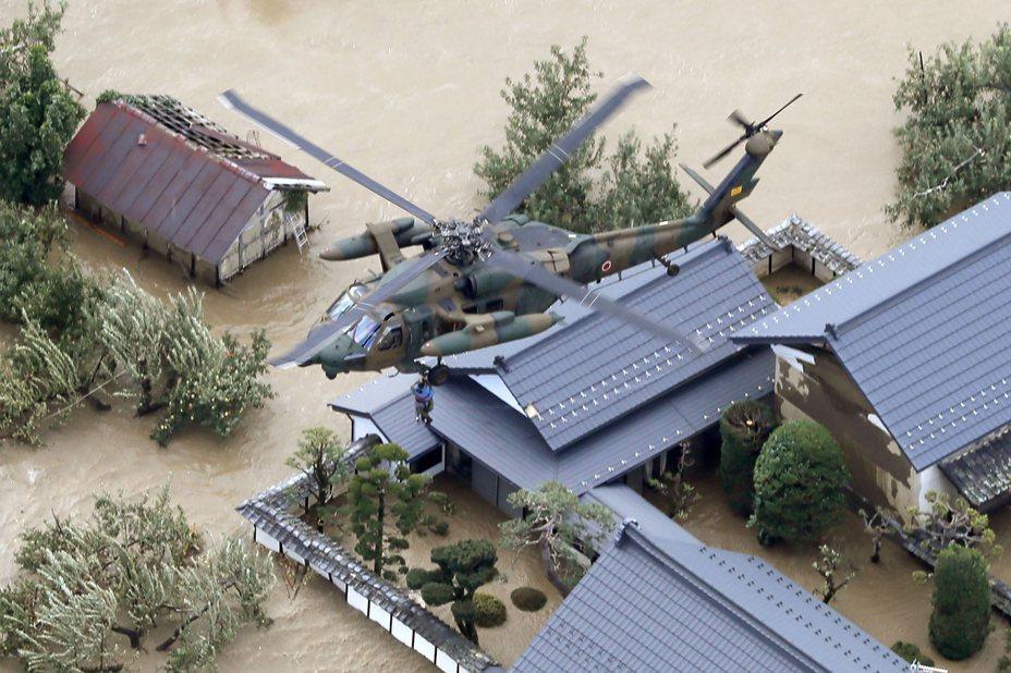 日本東京消防廳透露,13日在福島縣磐城市進行的颱風哈吉貝救援行動中出現失誤。圖非當事直升機。(美聯社)