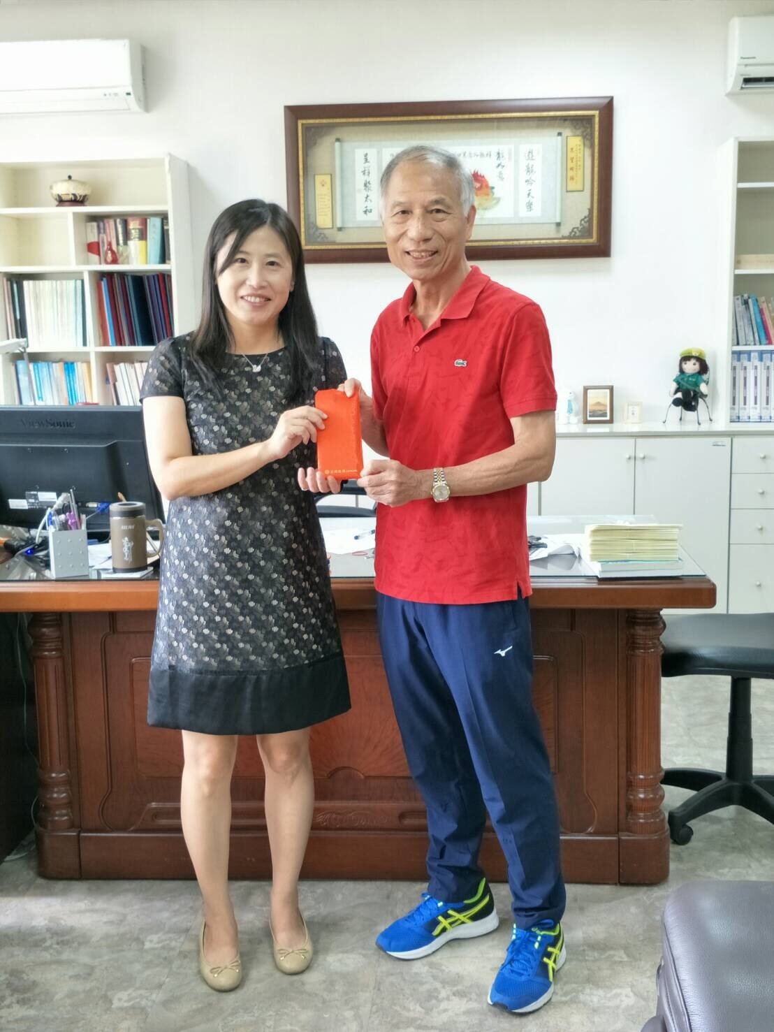 校友陳炳輝(右)得知母校的需求後,主動捐了新台幣6萬元給校方,讓貼圖可以順利上架...
