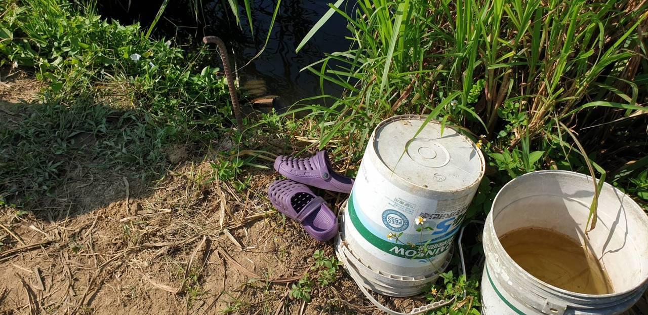 苗栗縣三義鄉80歲傅姓老婦人今天中午疑似失足落水溺斃,拖鞋留在岸邊。圖/民眾提供