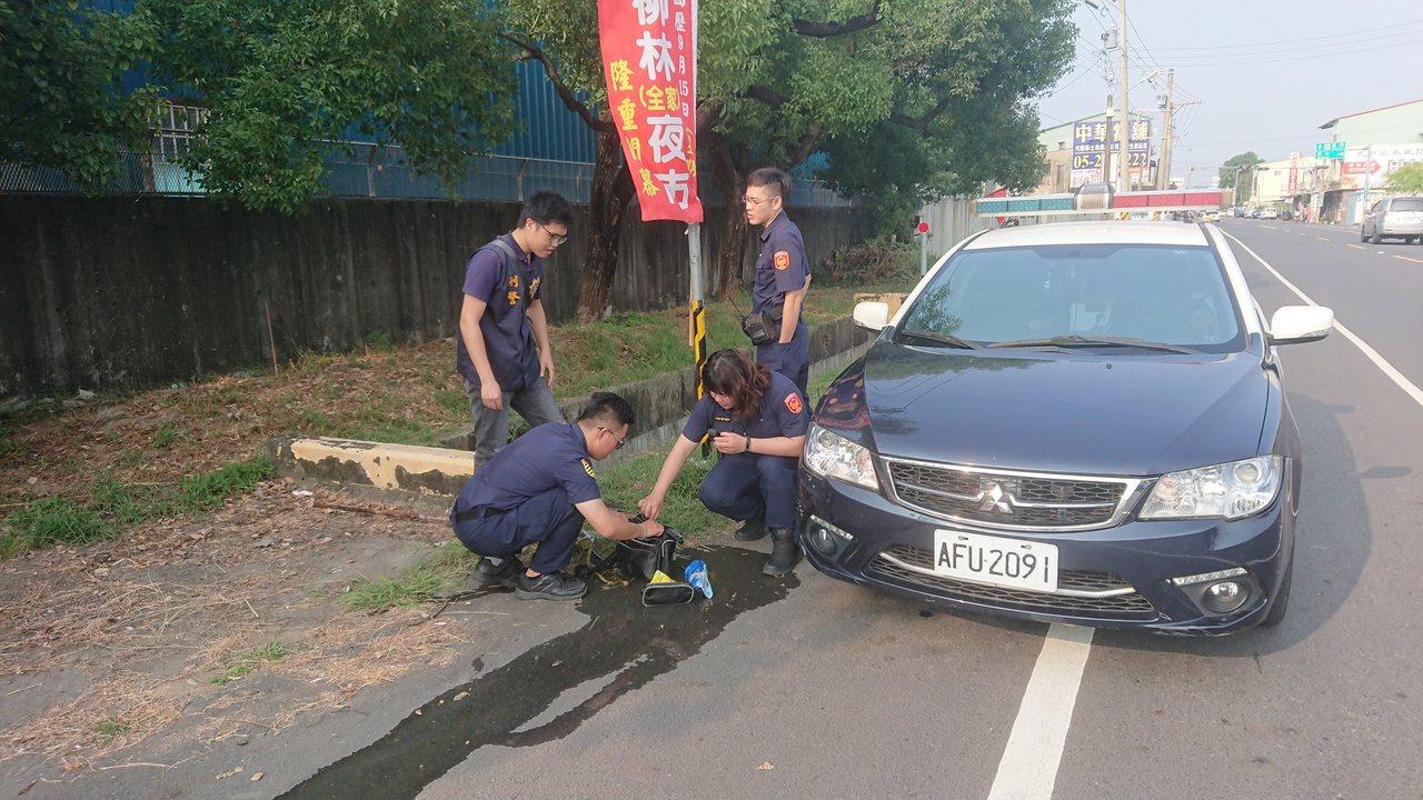 警方到場打撈黃男摔進水溝留下的腰包。記者卜敏正/攝影