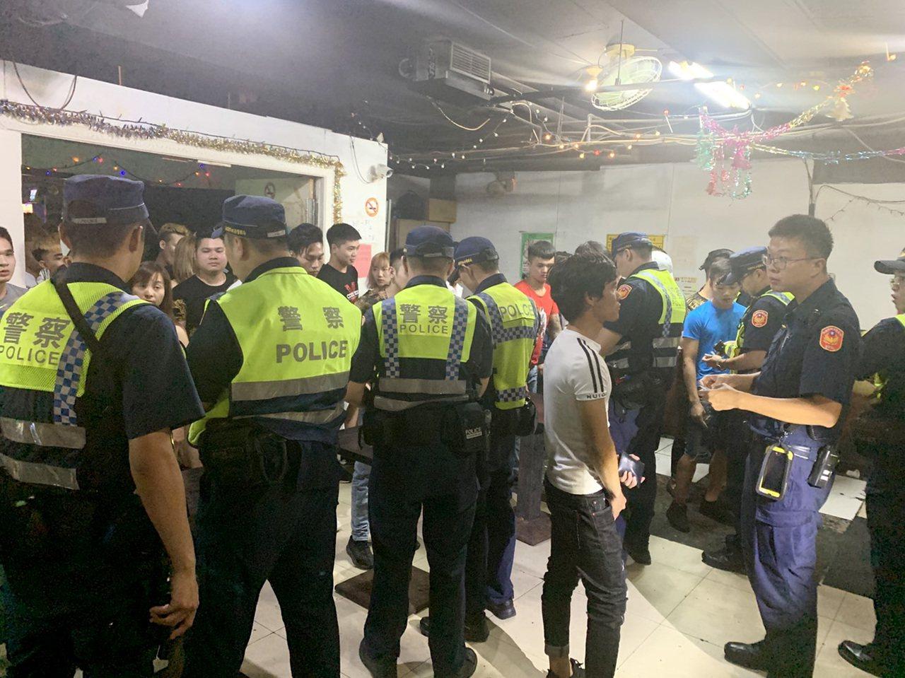 桃園警方與市政府聯合稽查外籍移工聚集舞廳等地點,查獲失聯移工及持有毒品移工送辦。...