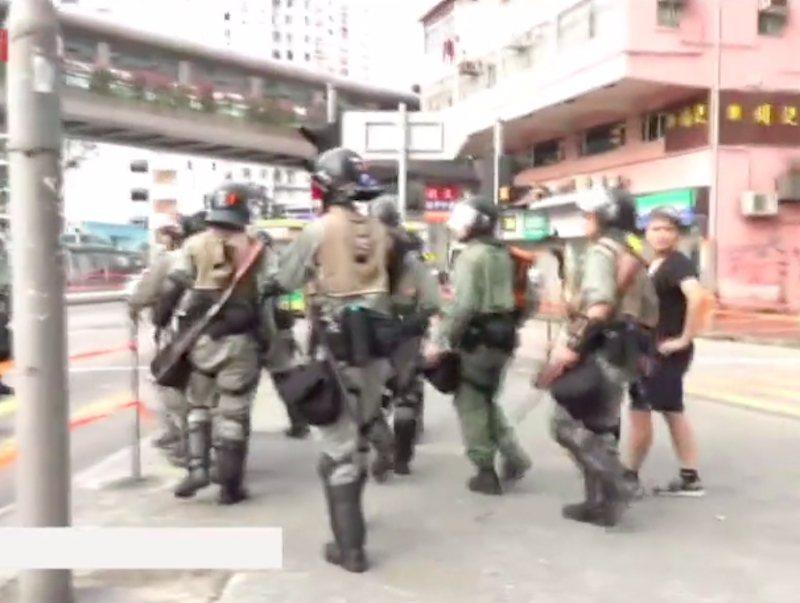 反送中示威者荃灣聚集,港警開槍射催淚彈。取自星島網
