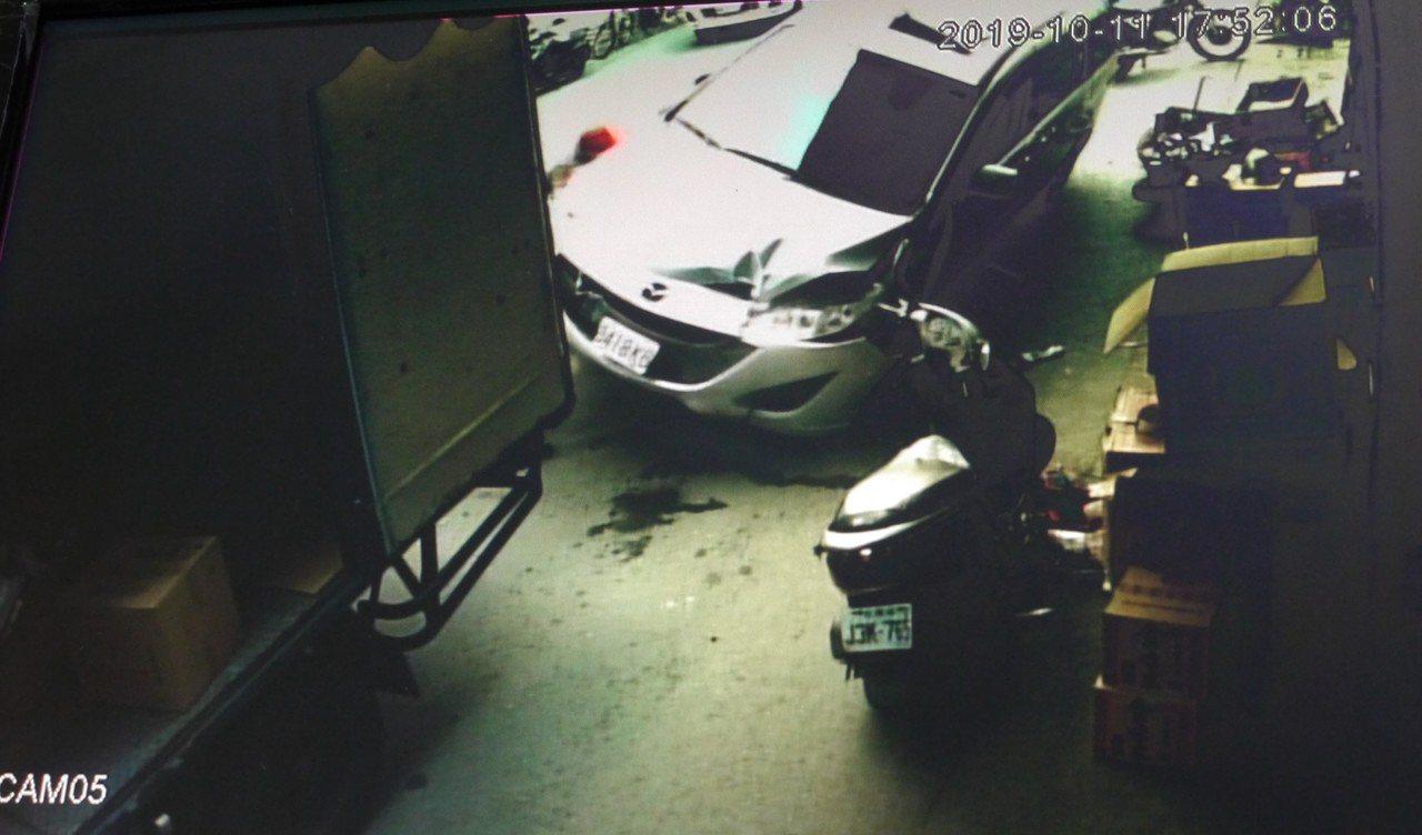 意外發生後,多人合力抬起車子,鄭姓老翁的兒子將母親從車底拉出之後抱著痛哭。記者徐...