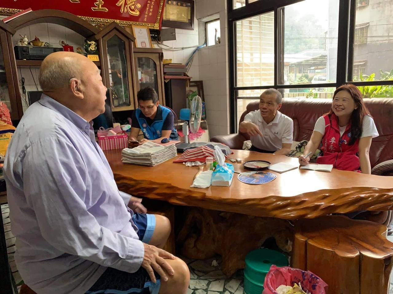 國民黨參選人李永萍(右)表示,七星區幅員廣大,不能讓沒有經驗的實習生負責,而她擁...