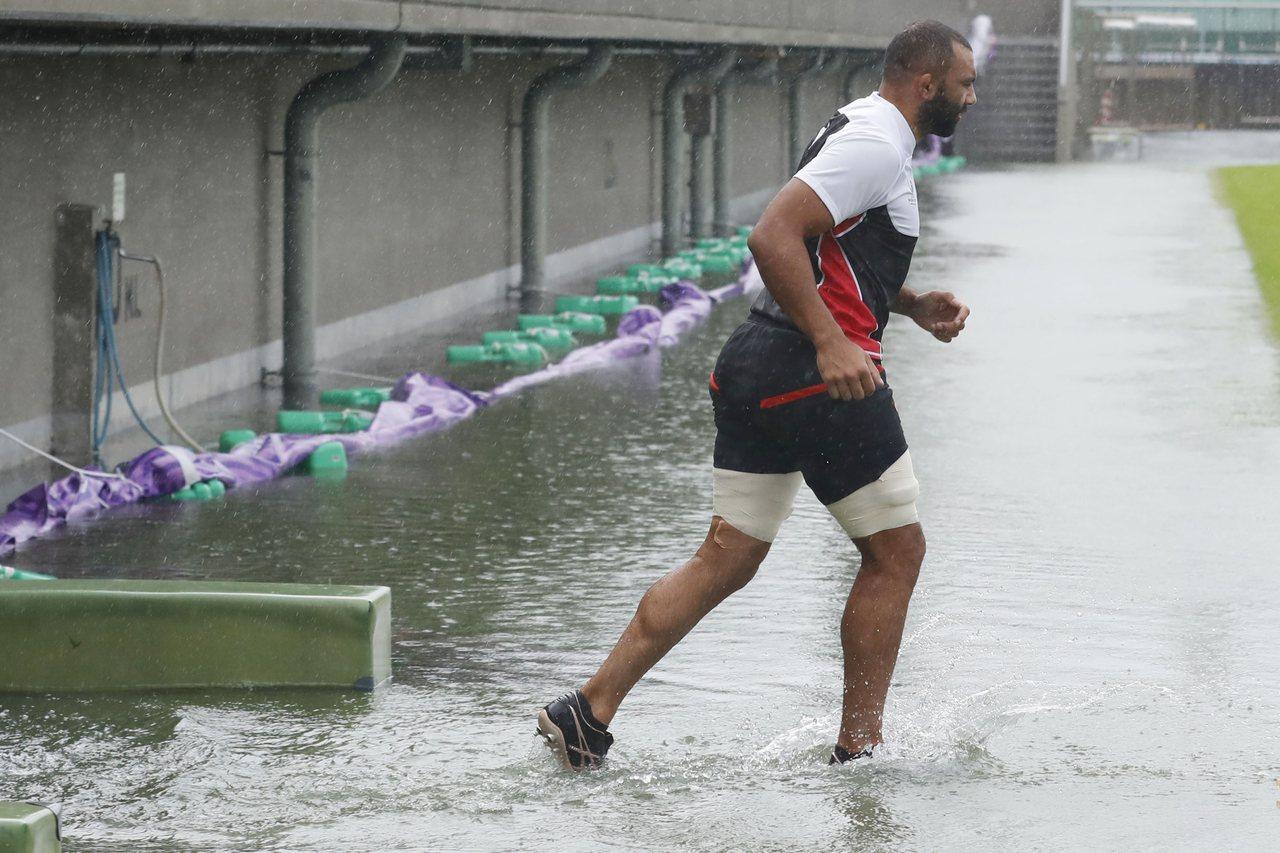 日本橄欖球隊選手萊奇12日在東京冒著颱風鍛鍊身體,準備參加世界杯橄欖球賽。(美聯...